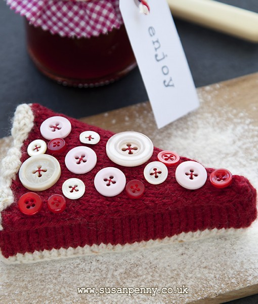This knitted jam tart is easy to make, knitted in double knitting wool. You will need to use only the most basic stitches,